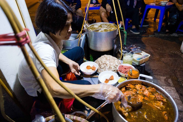 Quán phở kỳ lạ ở Hà Nội: Chỉ mở lúc 3 giờ sáng, khách xếp hàng như bao cấp - Ảnh 12.