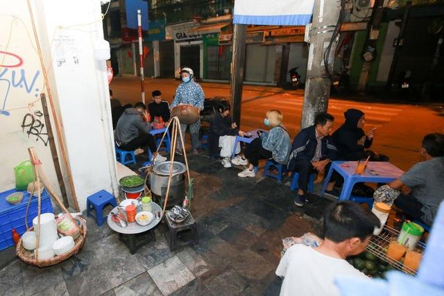 Quán phở kỳ lạ ở Hà Nội: Chỉ mở lúc 3 giờ sáng, khách xếp hàng như bao cấp - Ảnh 3.