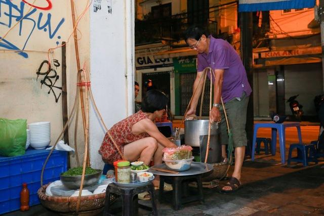 Quán phở kỳ lạ ở Hà Nội: Chỉ mở lúc 3 giờ sáng, khách xếp hàng như bao cấp - Ảnh 4.