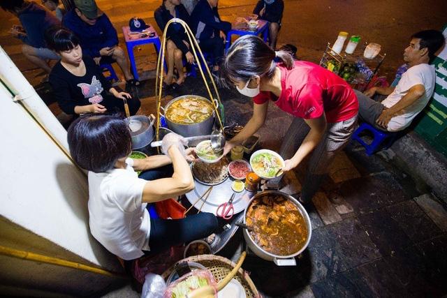 Quán phở kỳ lạ ở Hà Nội: Chỉ mở lúc 3 giờ sáng, khách xếp hàng như bao cấp - Ảnh 5.