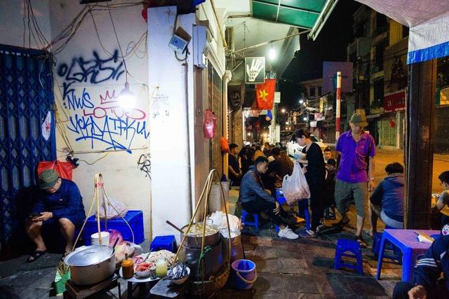 Quán phở kỳ lạ ở Hà Nội: Chỉ mở lúc 3 giờ sáng, khách xếp hàng như bao cấp - Ảnh 7.