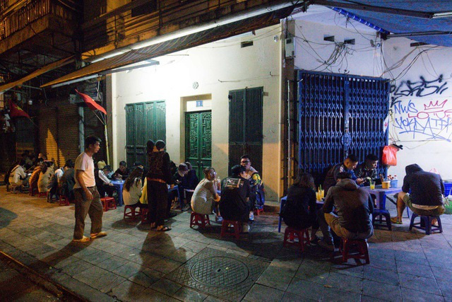 Quán phở kỳ lạ ở Hà Nội: Chỉ mở lúc 3 giờ sáng, khách xếp hàng như bao cấp - Ảnh 8.