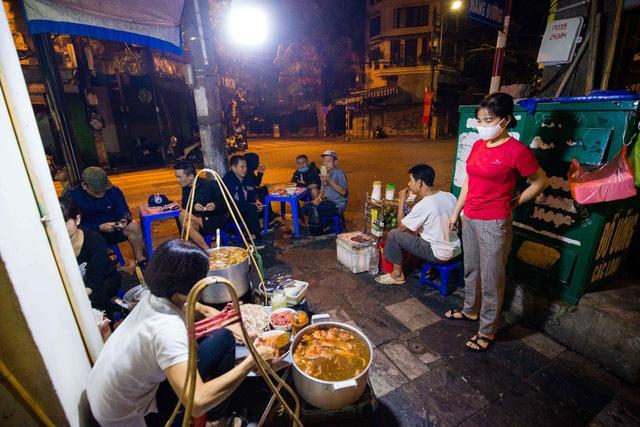 Quán phở kỳ lạ ở Hà Nội: Chỉ mở lúc 3 giờ sáng, khách xếp hàng như bao cấp - Ảnh 9.