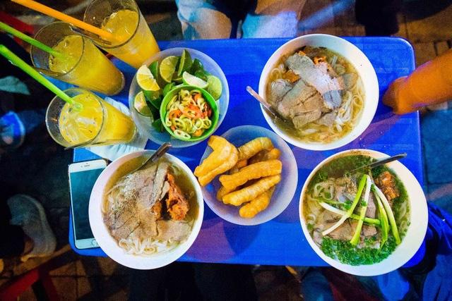 Quán phở kỳ lạ ở Hà Nội: Chỉ mở lúc 3 giờ sáng, khách xếp hàng như bao cấp - Ảnh 10.