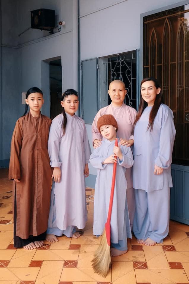 Phi Nhung U50 không chồng, cuộc đời nhiều nốt trầm đẫm lệ - Ảnh 9.