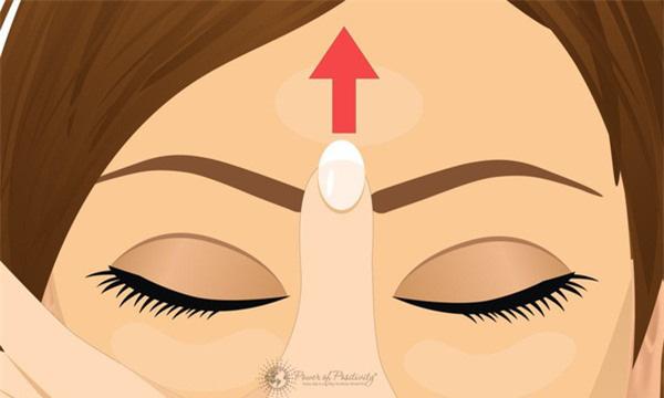 Con mắt thứ 3 và bí mật đánh bay mọi cơn đau đầu, mệt mỏi chỉ với động tác day bấm đơn giản - Ảnh 1.