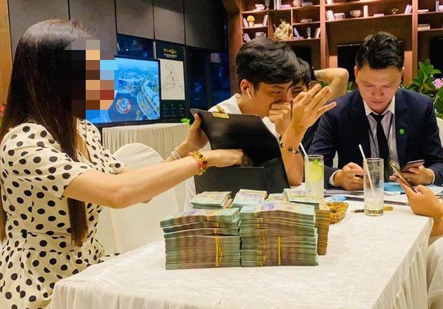 Đại gia tiền mặt vác bao tải, xếp như chồng gạch đi mua nhà Hà Nội - Ảnh 2.