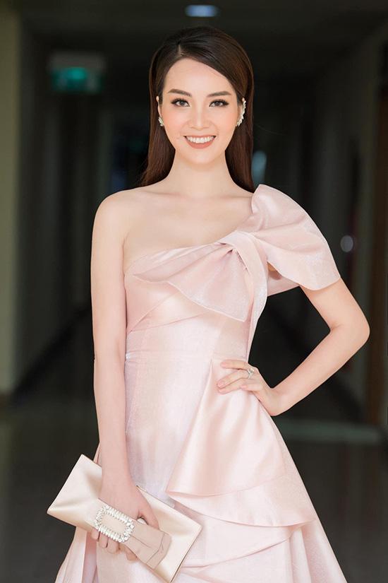 Nhan sắc tuổi 34 của á hậu Thụy Vân - Ảnh 6.