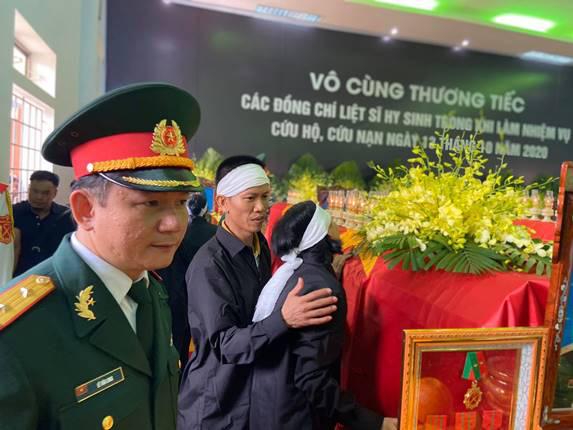 Người thân khóc ngất trong lễ truy điệu 13 cán bộ, chiến sĩ hy sinh ở Rào Trăng 3 - Ảnh 3.