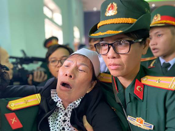 Người thân khóc ngất trong lễ truy điệu 13 cán bộ, chiến sĩ hy sinh ở Rào Trăng 3 - Ảnh 6.