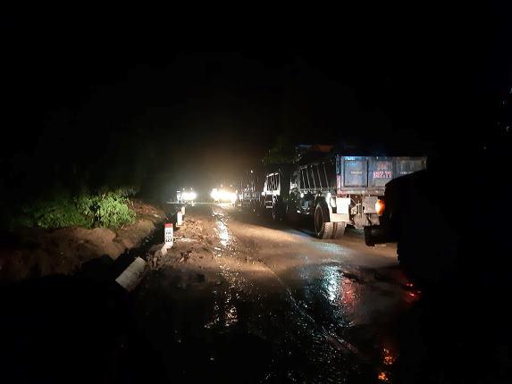 Quảng Trị: Đội mưa, căng mình trong đêm khắc phục sạt lở, tìm kiếm nạn nhân mất tích - Ảnh 4.
