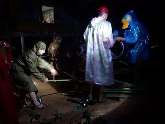 Quảng Trị: Đội mưa, căng mình trong đêm khắc phục sạt lở, tìm kiếm nạn nhân mất tích - Ảnh 3.