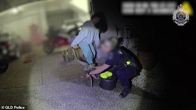 Có lòng tốt cứu con vật mắc kẹt dưới gầm xe ô tô, người phụ nữ không ngờ làm ơn mắc oán phải cầu cứu cảnh sát - Ảnh 4.