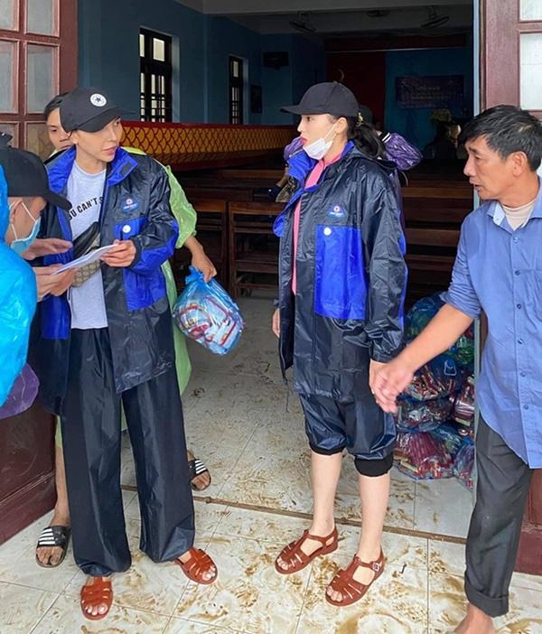 Thuyền lật, xe bị ném đá cũng không sợ, nhưng sao Việt bật khóc khi gặp điều này khi cứu trợ miền Trung - Ảnh 2.