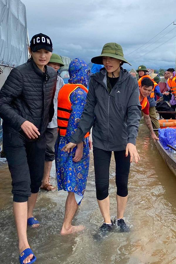 Thuyền lật, xe bị ném đá cũng không sợ, nhưng sao Việt bật khóc khi gặp điều này khi cứu trợ miền Trung - Ảnh 5.