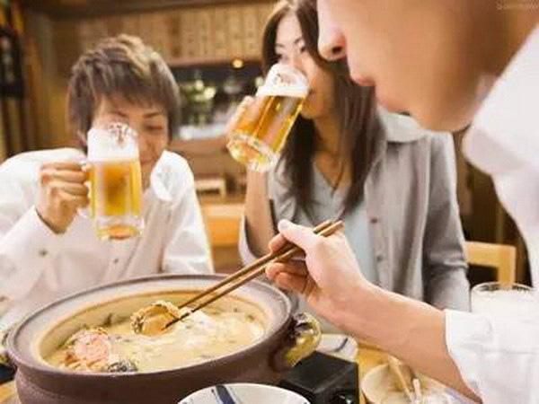 6 thói quen ăn uống tàn phá dạ dày ngay trong bữa cơm nhà bạn - Ảnh 2.