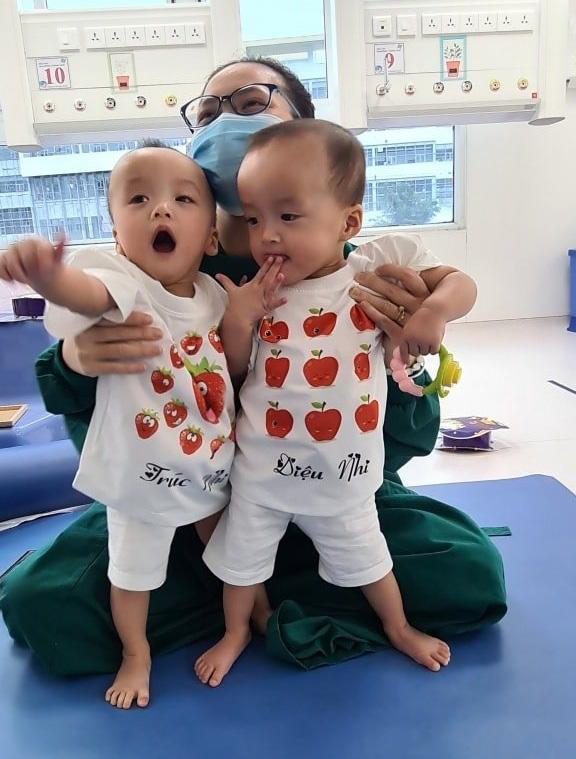 Cặp song sinh Trúc Nhi - Diệu Nhi được xuất viện - Ảnh 1.