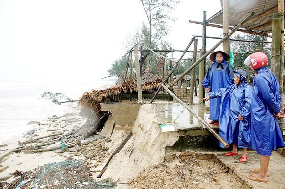 Các tỉnh miền Trung tiếp tục gánh nhiều thiệt hại do bão số 13 - Ảnh 1.