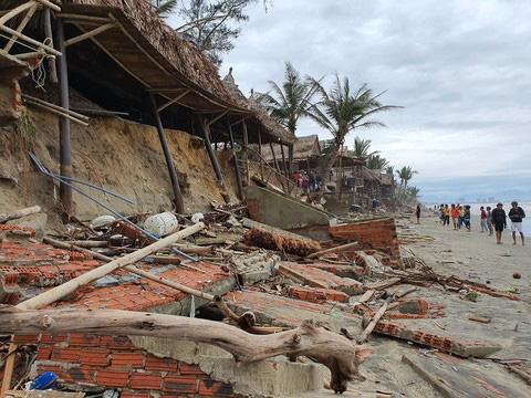Các tỉnh miền Trung tiếp tục gánh nhiều thiệt hại do bão số 13 - Ảnh 2.