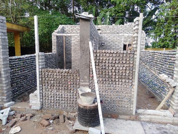 Trao tặng nhà vệ sinh bằng gạch chai nhựa đầu tiên tại Việt Nam cho học sinh tỉnh Thái Nguyên - Ảnh 2.