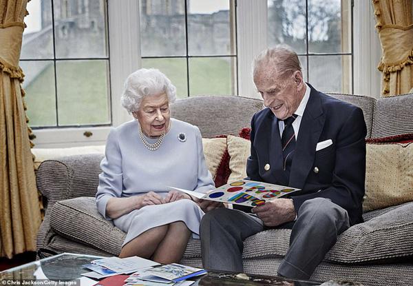 20/11: Ngày cưới của Nữ hoàng Anh và chuyện tình yêu đẹp tựa cổ tích suốt 73 năm của bà với Hoàng thân Philip - Ảnh 2.