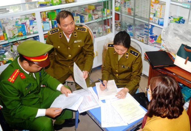 Nghệ An: Tạm đình chỉ, phạt nhiều hiệu thuốc tăng giá bán khẩu trang y tế - Ảnh 2.