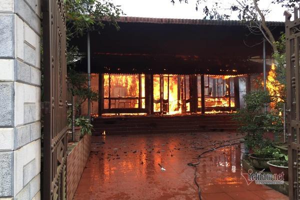 Cứu hỏa không kịp lên, nhà gỗ 3 gian tiền tỷ ở phố núi thành tro - Ảnh 1.