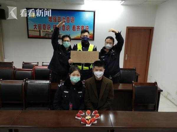 Kết hôn chớp nhoáng ở đồn cảnh sát để tiếp tục nhiệm vụ chống corona - Ảnh 1.