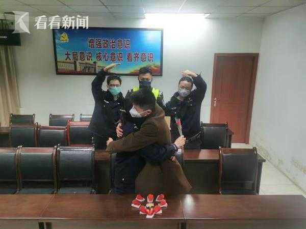 Kết hôn chớp nhoáng ở đồn cảnh sát để tiếp tục nhiệm vụ chống corona - Ảnh 2.