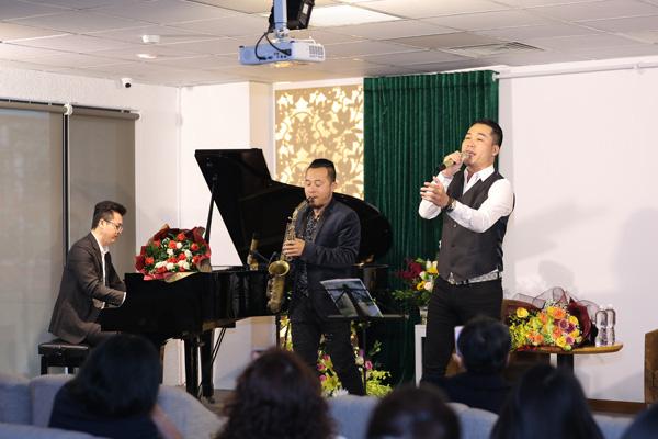 Diễn viên Việt Anh hội ngộ ca sĩ Tuấn Hiệp trong lễ ra mắt MV Quên nhớ một người - Ảnh 6.