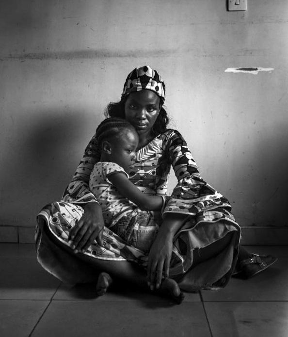 Lo sợ tội phạm tình dục, các bà mẹ Cameroon ủi phẳng ngực con gái - Ảnh 4.
