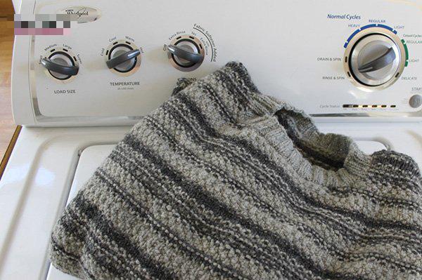 Phơi áo len kiểu này thì chẳng mấy chốc áo dài như váy - Ảnh 2.