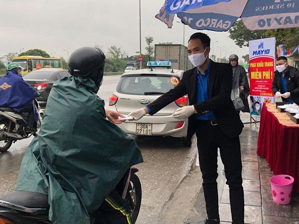 Tập đoàn dệt may Việt Nam phát hơn 100 nghìn khẩu trang kháng khuẩn tới người dân - Ảnh 3.