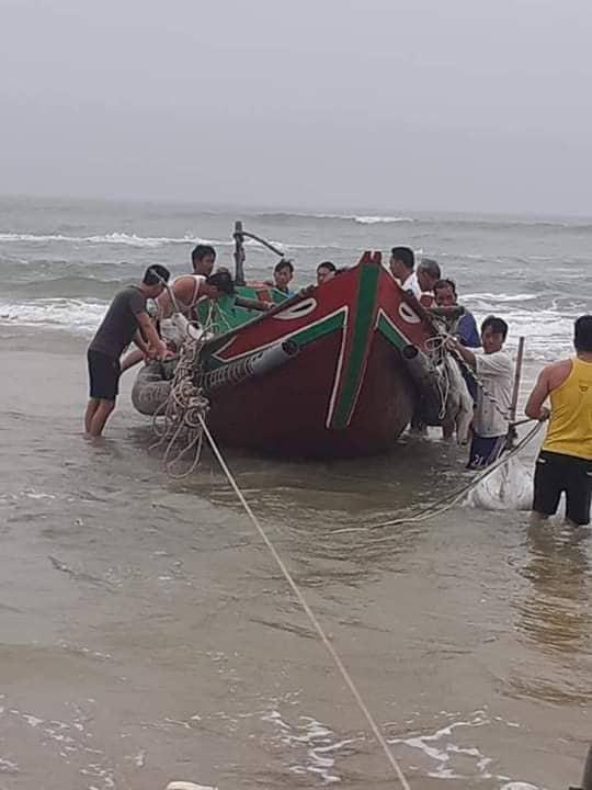 Phát hiện chiếc thuyền chìm cùng thi thể người đàn ông trôi dạt vào bờ biển - Ảnh 1.