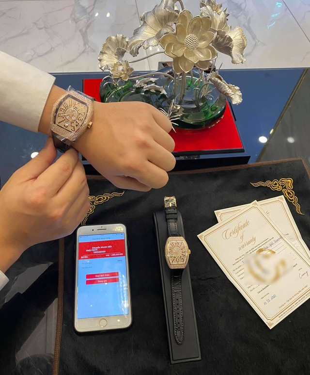 Đại gia mua đồng hồ dát kim cương hơn 1 tỷ đồng tặng bạn gái dịp Valentine - Ảnh 3.