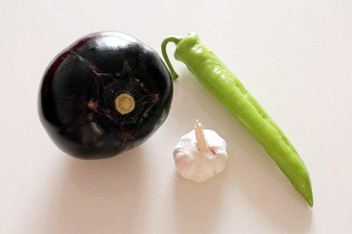 Chán thịt, mang cà tím ra chiên giòn sốt chua ngọt khiến cả nhà thích mê - Ảnh 1.