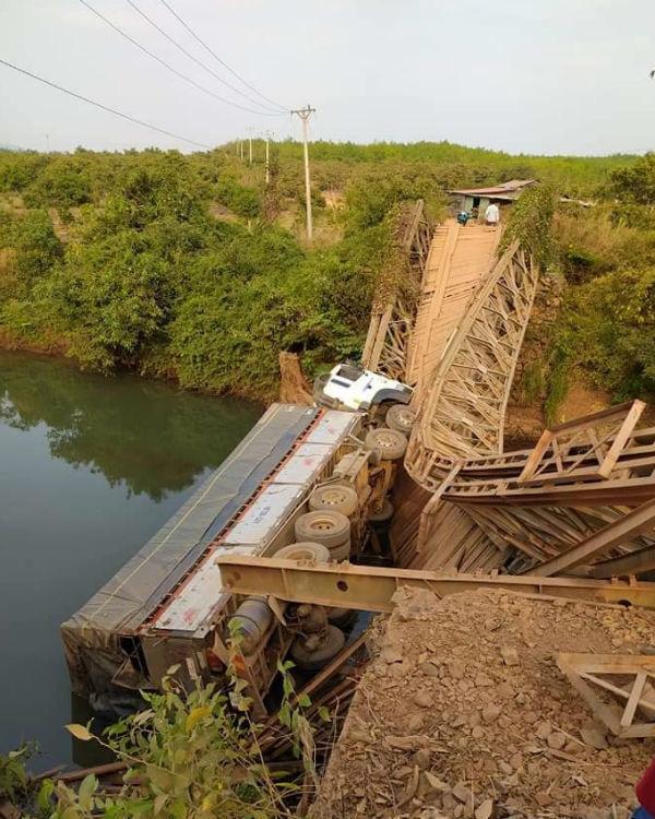 Xe tải làm sập cầu sắt, rơi xuống suối vì tài xế... lạc đường - Ảnh 1.