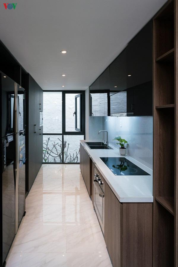 Ngôi nhà cá tính với tông màu xám, có bồn rửa và bồn tắm được đặt ngay trong phòng ngủ như đồ trang trí - Ảnh 7.