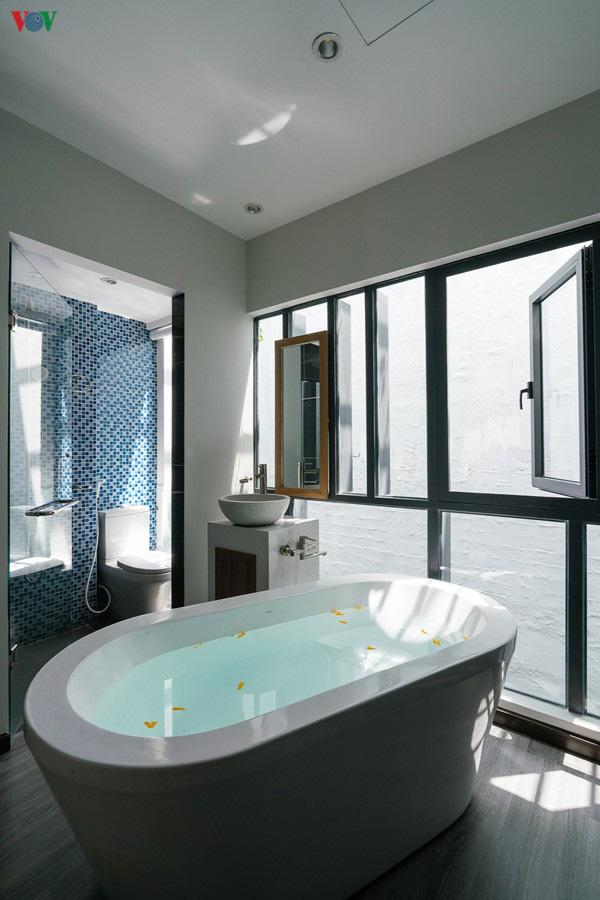 Ngôi nhà cá tính với tông màu xám, có bồn rửa và bồn tắm được đặt ngay trong phòng ngủ như đồ trang trí - Ảnh 10.
