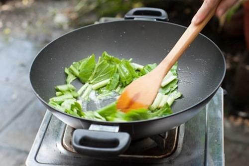 7 sai lầm khi chế biến rau xanh làm thất thoát hết dinh dưỡng nhiều mẹ Việt đang mắc - Ảnh 2.