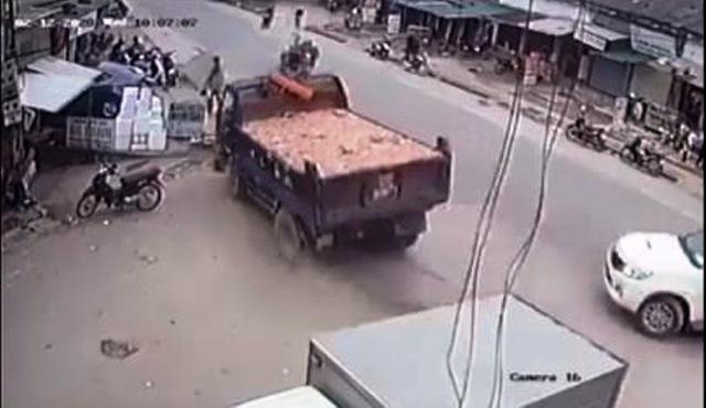 Cú bẻ lái tài tình của tài xế xe tải tránh thương vong cho nhiều người  - Ảnh 1.