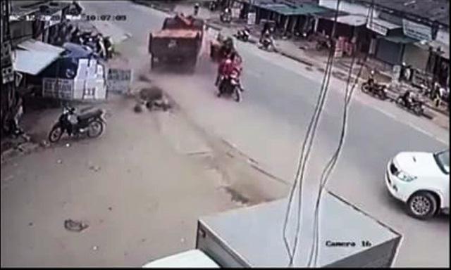 Cú bẻ lái tài tình của tài xế xe tải tránh thương vong cho nhiều người  - Ảnh 2.