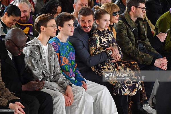 Con gái 8 tuổi của David Beckham lại gây sốt trong show diễn thời trang của mẹ - Ảnh 1.