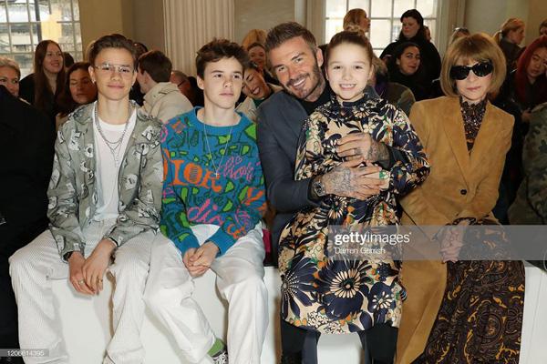 Con gái 8 tuổi của David Beckham lại gây sốt trong show diễn thời trang của mẹ - Ảnh 2.