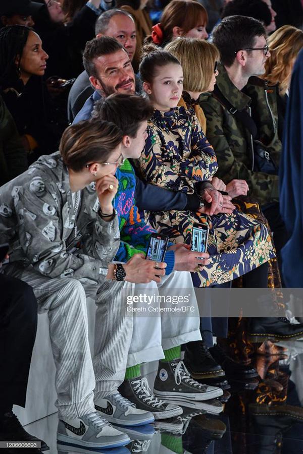 Con gái 8 tuổi của David Beckham lại gây sốt trong show diễn thời trang của mẹ - Ảnh 3.