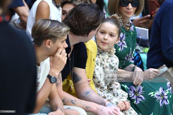 Con gái 8 tuổi của David Beckham lại gây sốt trong show diễn thời trang của mẹ - Ảnh 5.
