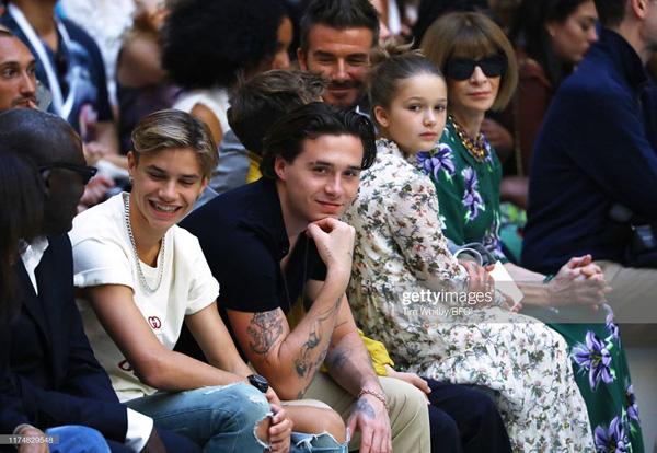 Con gái 8 tuổi của David Beckham lại gây sốt trong show diễn thời trang của mẹ - Ảnh 6.