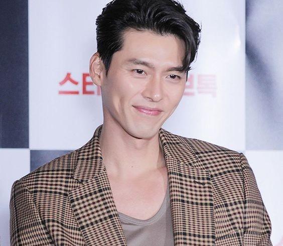 Hyun Bin ngoài đời thích diện vest như quý ông, vuốt tóc lãng tử - Ảnh 1.