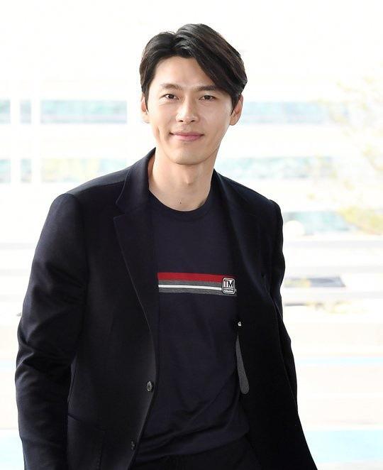 Hyun Bin ngoài đời thích diện vest như quý ông, vuốt tóc lãng tử - Ảnh 2.