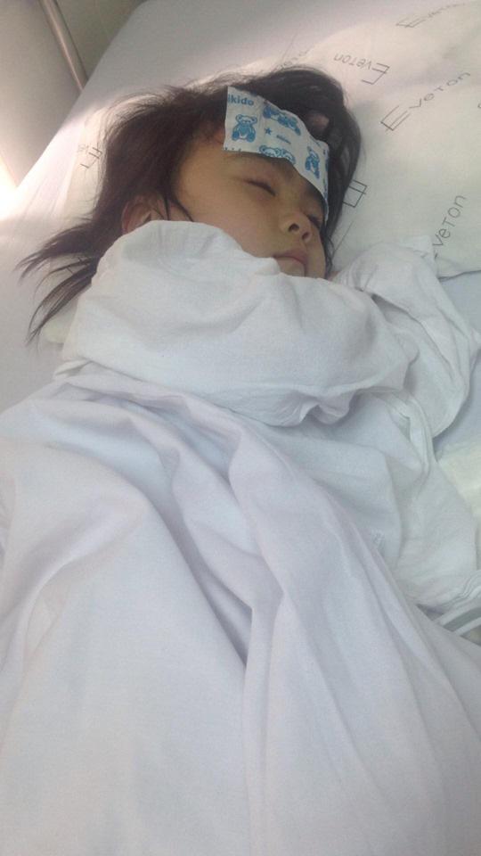 Các nhà hảo tâm gấp rút đón bé gái 3 tuổi không có hậu môn về Hà Nội tiếp tục điều trị - Ảnh 1.